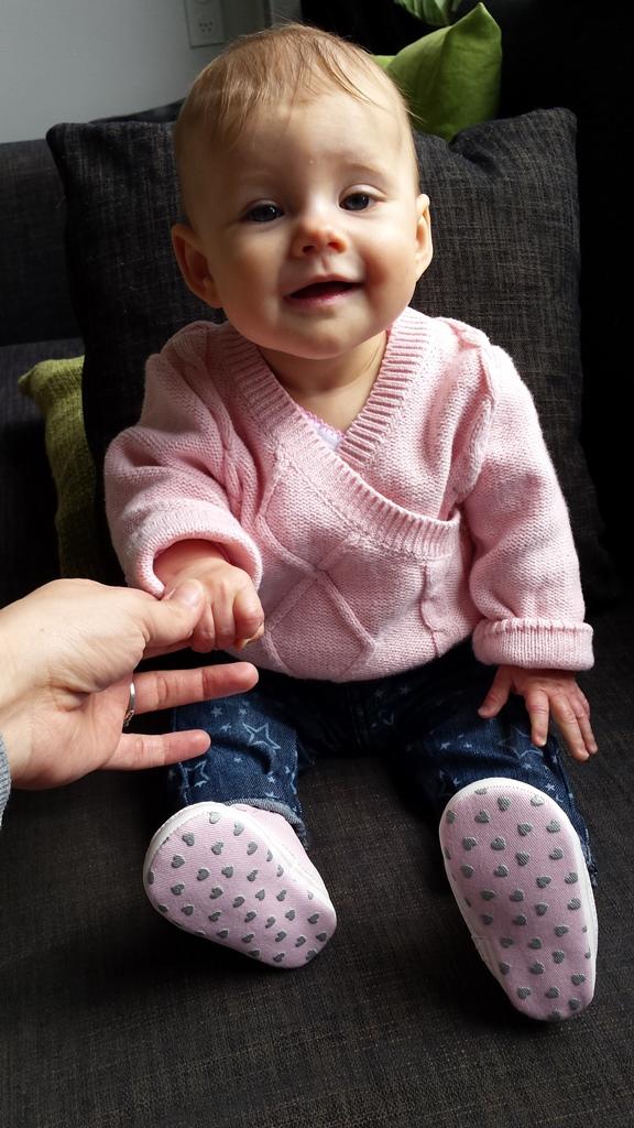 kayleigh zittend met hand vast