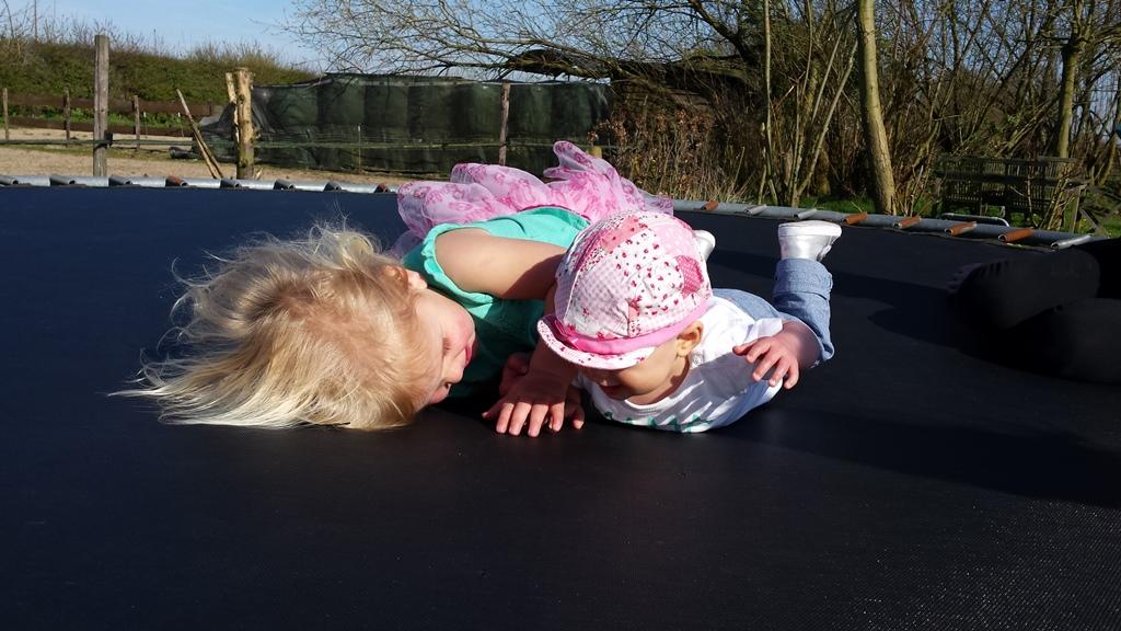 spelen op de trampoline met liza