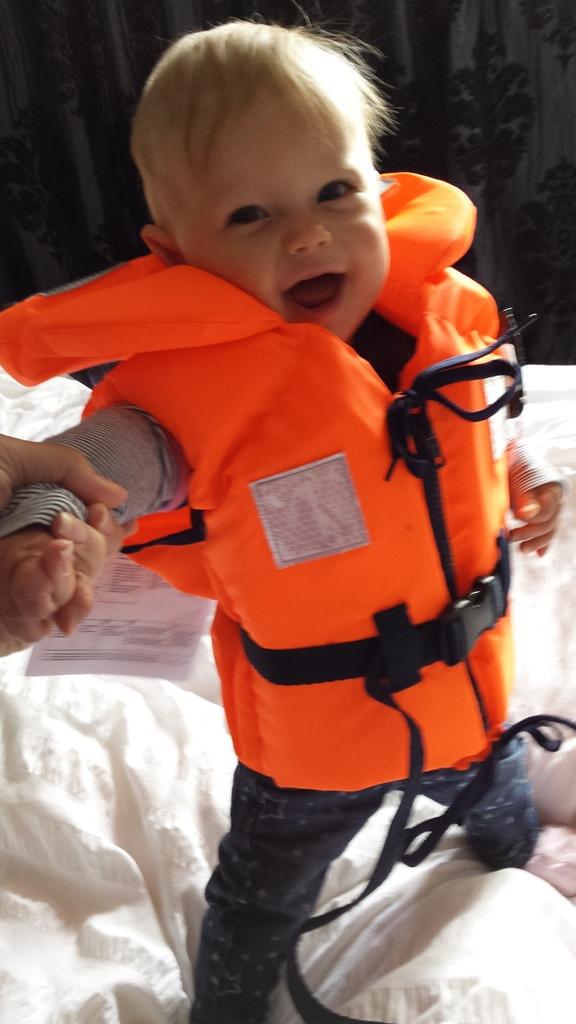kayleigh staand met zwemvest