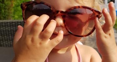 met de zonnebril van mama