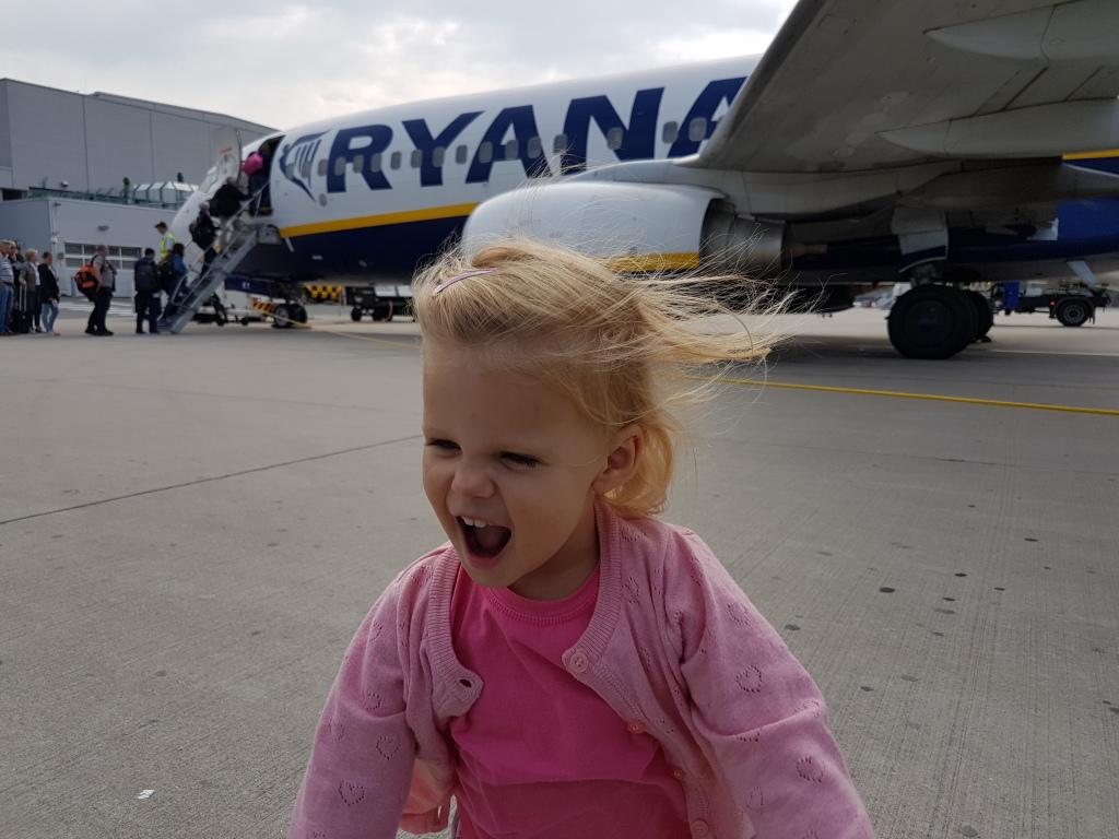 kayleigh bij het vliegtuig