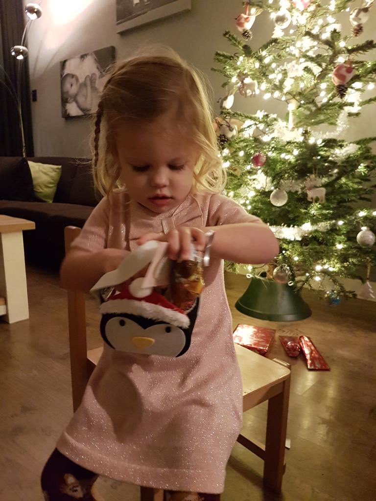 Kayleigh bij de kerstboom
