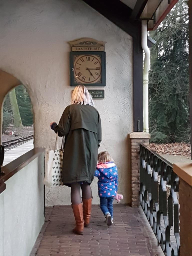 kayleigh met tante laura naar de trein