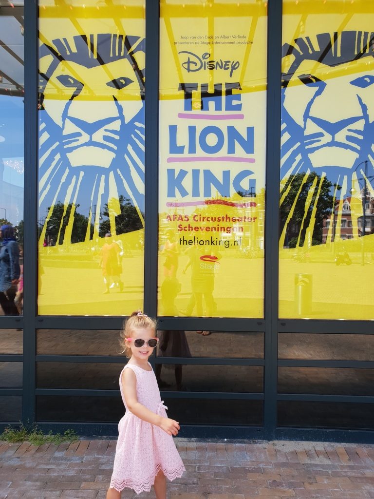 Kayleigh bij bord the lion king