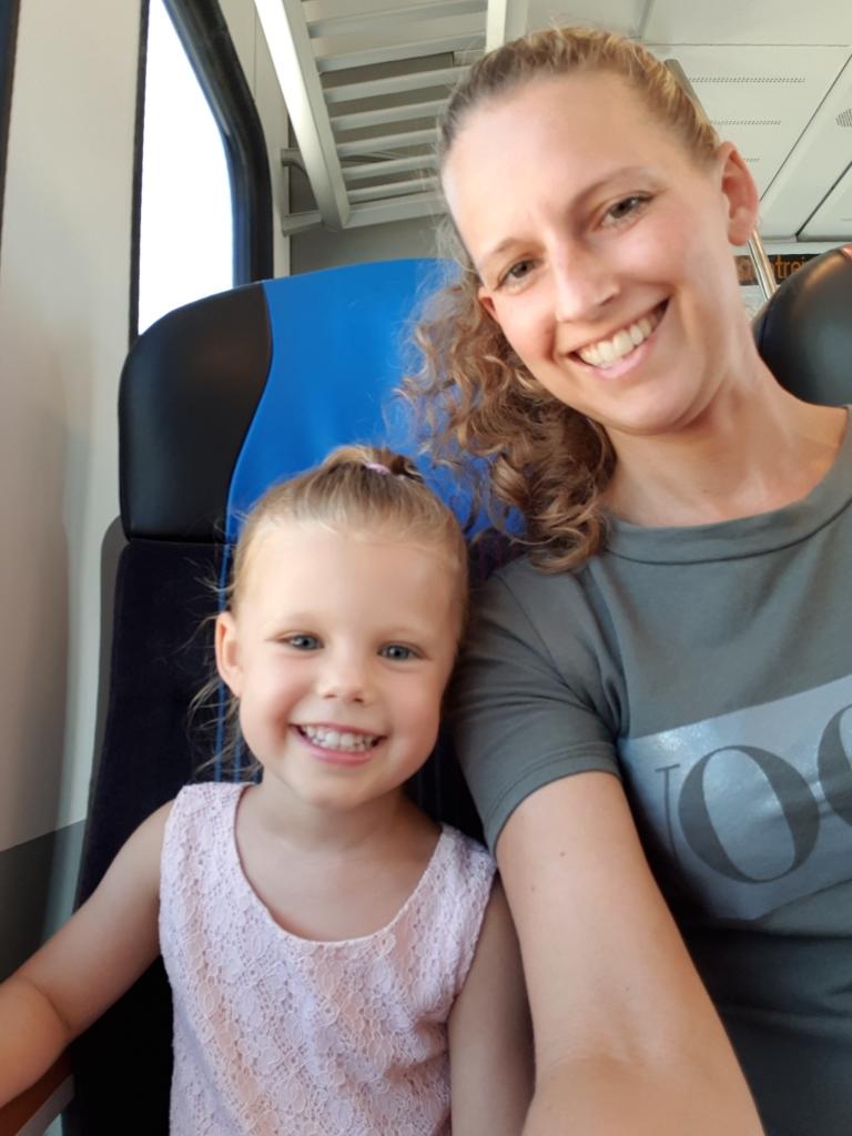 kayleigh en ik in de trein