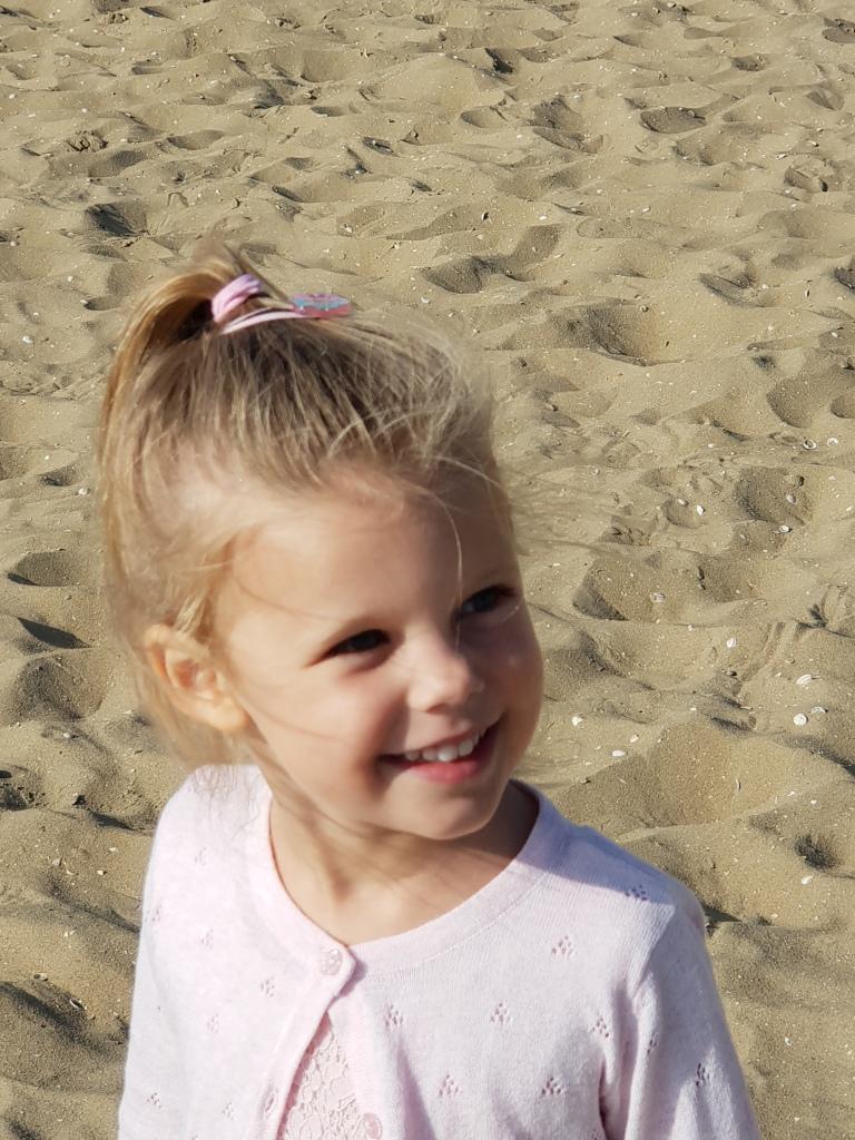 kayleigh lachend op het strand