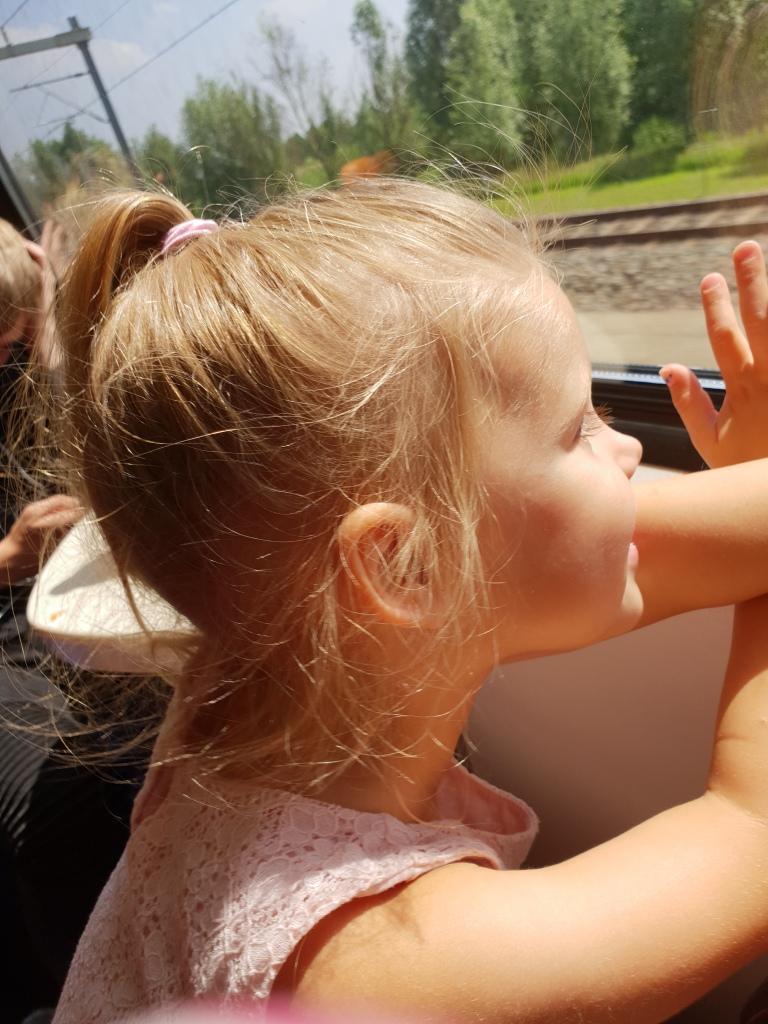 kayleigh naar buiten kijken vanuit trein