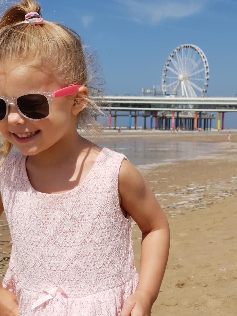 kayleigh op het strand met rad scheveningen