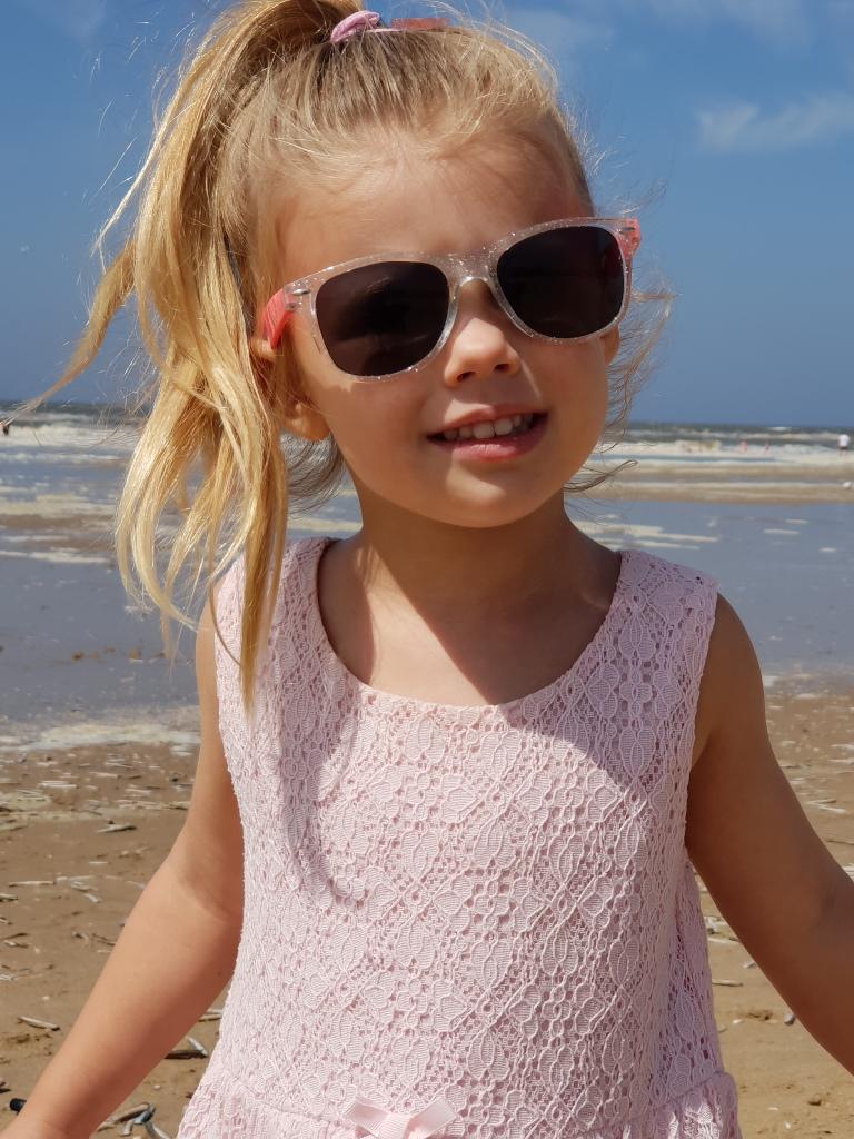 kayleigh op het strand met zonnebril